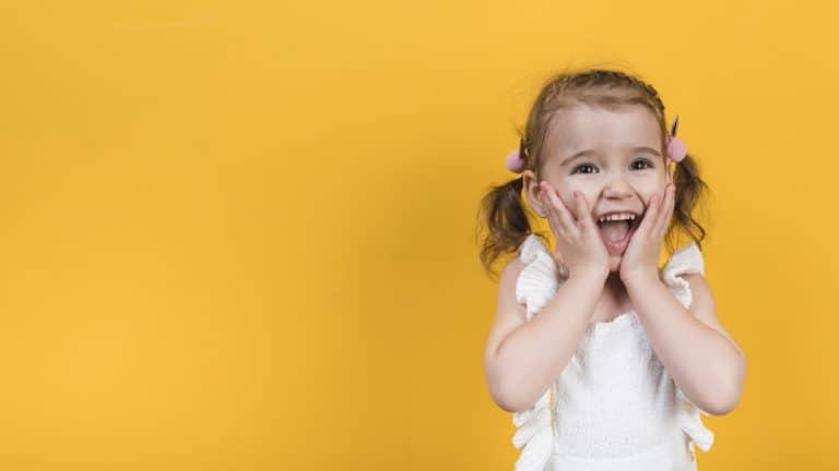 ילדה שמחה