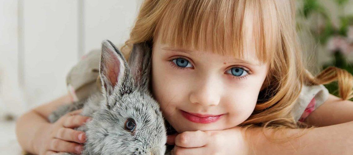 ילדה קטנה עם צעצוע